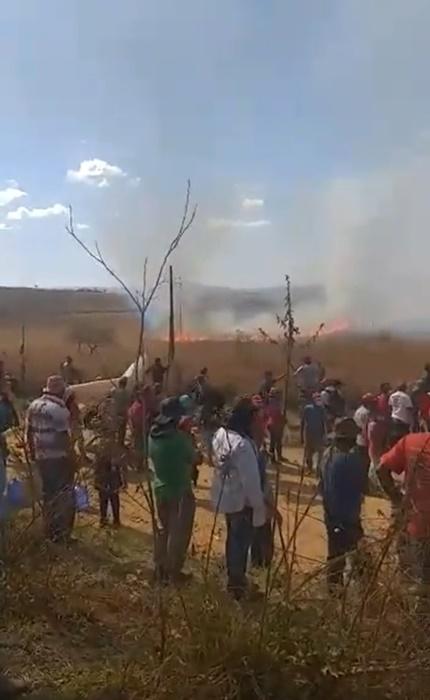 Intimidação: olheiros da PM em motos atearam fogo em trilhas ao redor do assentamento