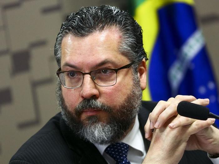 """O chanceler Ernesto Araújo, que vê uma """"demonização da sexualidade masculina"""""""