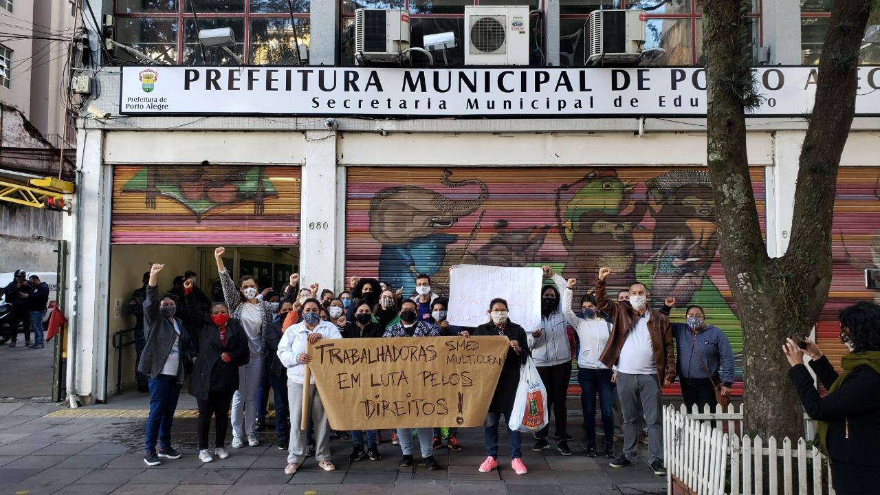 Trabalhadores organizaram protesto contra demissões após acordo que reduziu jornada e salários