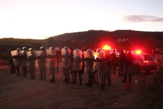 Tropa de choque da polícia militar do governador Romeu Zema ameaça invadir o assentamento nesta noite
