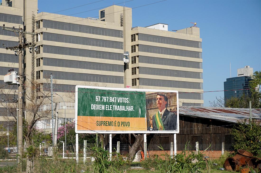 Publicidade na Avenida Edvaldo Pereira Paiva, em frente ao Ministério Público e próximo aos tribunais. em Porto Alegre