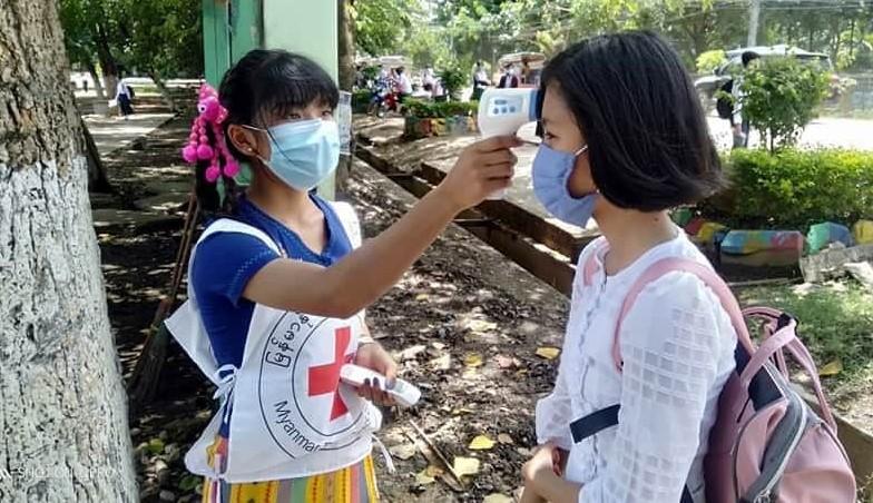 À medida que as escolas básicas do ensino secundário em Myanmar começam a abrir novamente em julho passado, voluntários da Myanmar Red Cross Society passaram a ajudar estudantes e professores a praticar medidas de segurança para se protegerem do covid-19