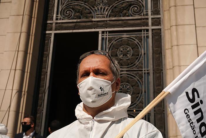 """""""Hoje, para cada cidadão gaúcho que se contamina, três profissionais da saúde são contaminados"""", relata Júlio César Jesien, presidente do Sindisaúde-RS"""
