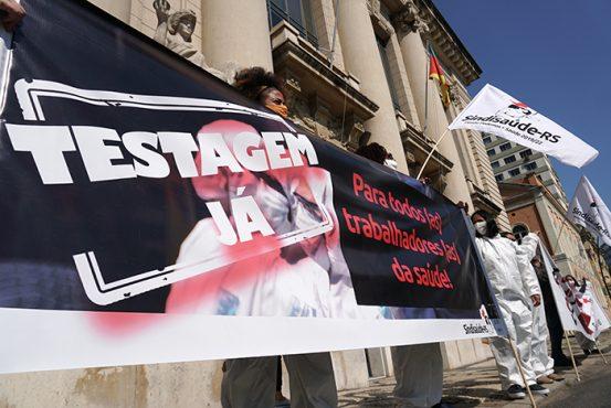 Profissionais da saúde protestam no Piratini e TRT sinaliza com testagem para trabalhadores | Foto: Igor Sperotto