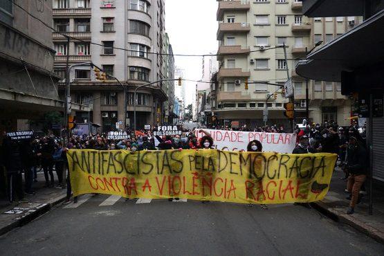 Rivais nos estádios são aliados nas ruas_ | Foto: Igor Sperotto
