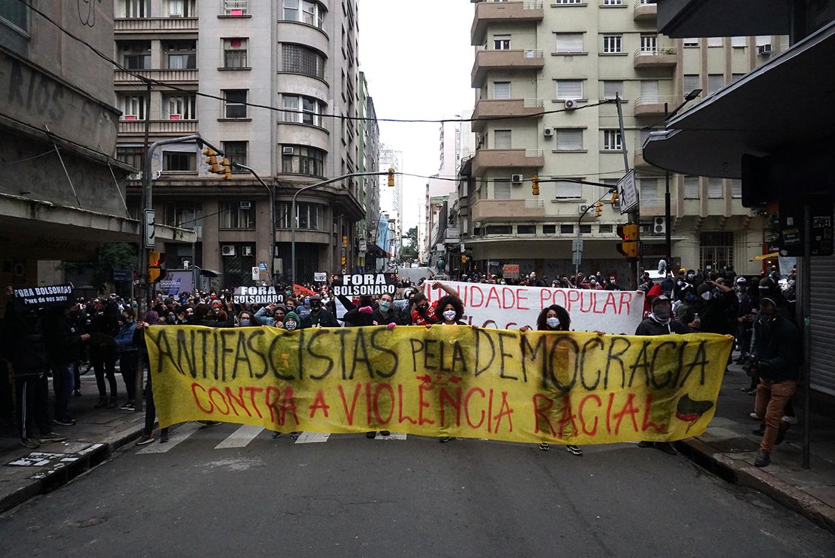 Atos com torcidas iniciaram em Porto Alegre e ganharam as demais capitais