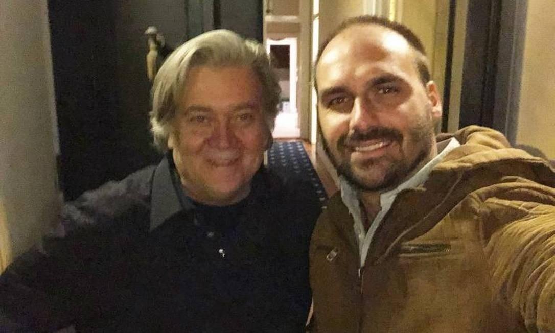 Steve Bannon, recentemente preso nos EUA por fraude milionária posa ao lado de seu pupilo, o deputado federal Eduardo Bolsonaro