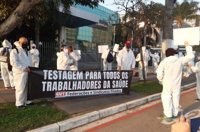 Ato em frente ao Ministério Público, em Porto Alegre pede mais testagem entre profissionais da saúde