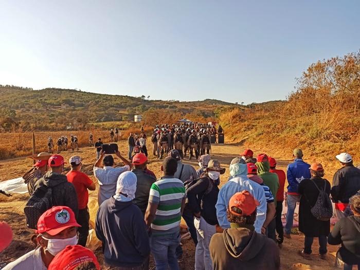 Polícia militar mantêm cerco ao assentamento de agricultores do MST desde a madrugada de quarta-feira