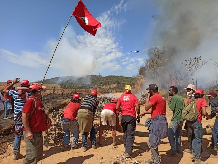 Assentados resistiram durante três dias ao cerco da PM de Zema, que destruiu escola e sitiou famílias com trilhas de fogo ao redor do acampamento