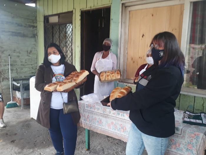 Pães, bolos e quentinhas são feitos nas casas sob a orientação da professora e vendidos na comunidade