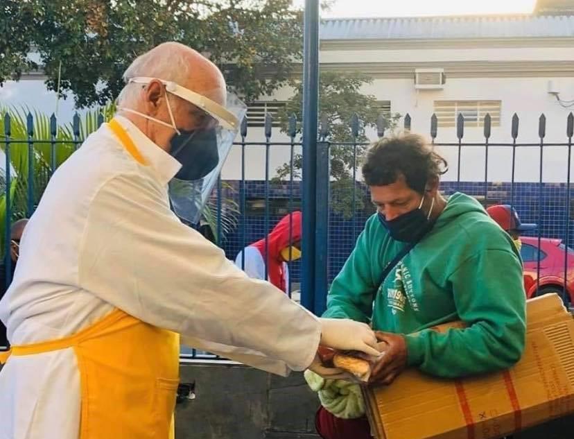 O Padre Júlio Lancellotti atua há 36 anos realizando trabalhos sociais junto às populações de rua que vivem em condições de vulnerabilidade na cidade de São Paulo