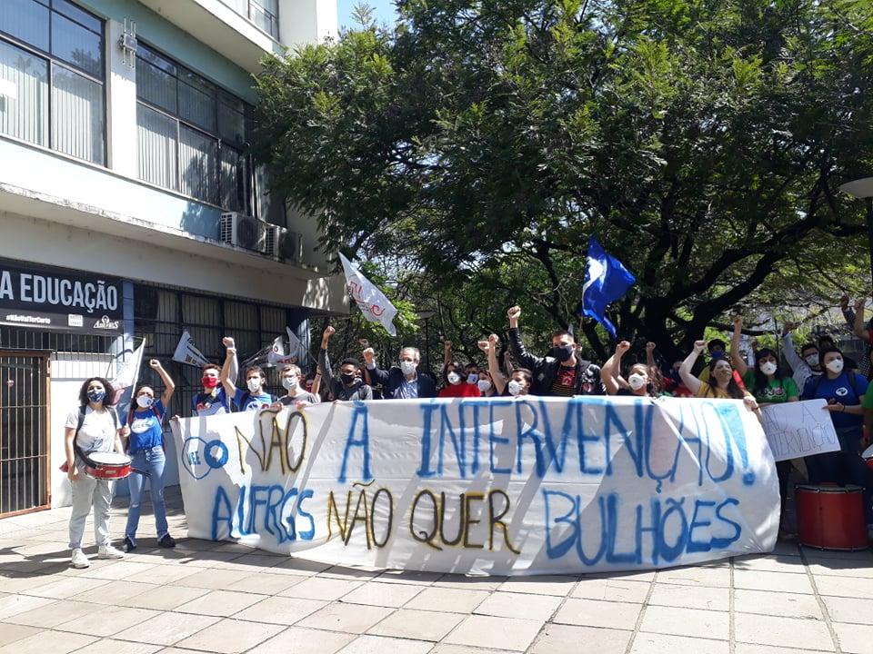 Estudantes protestam em frente à Reitoria