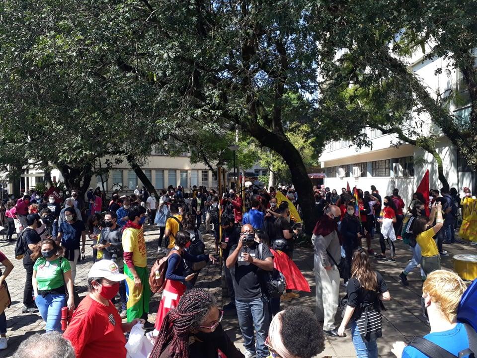 Centenas de estudantes ocuparam o pátio da Reitoria da Universidade Federal do Rio Grande do Sul (Ufrgs), no Centro Histórico de Porto Alegre, contra nomeação de reitor e contra políticas do MEC
