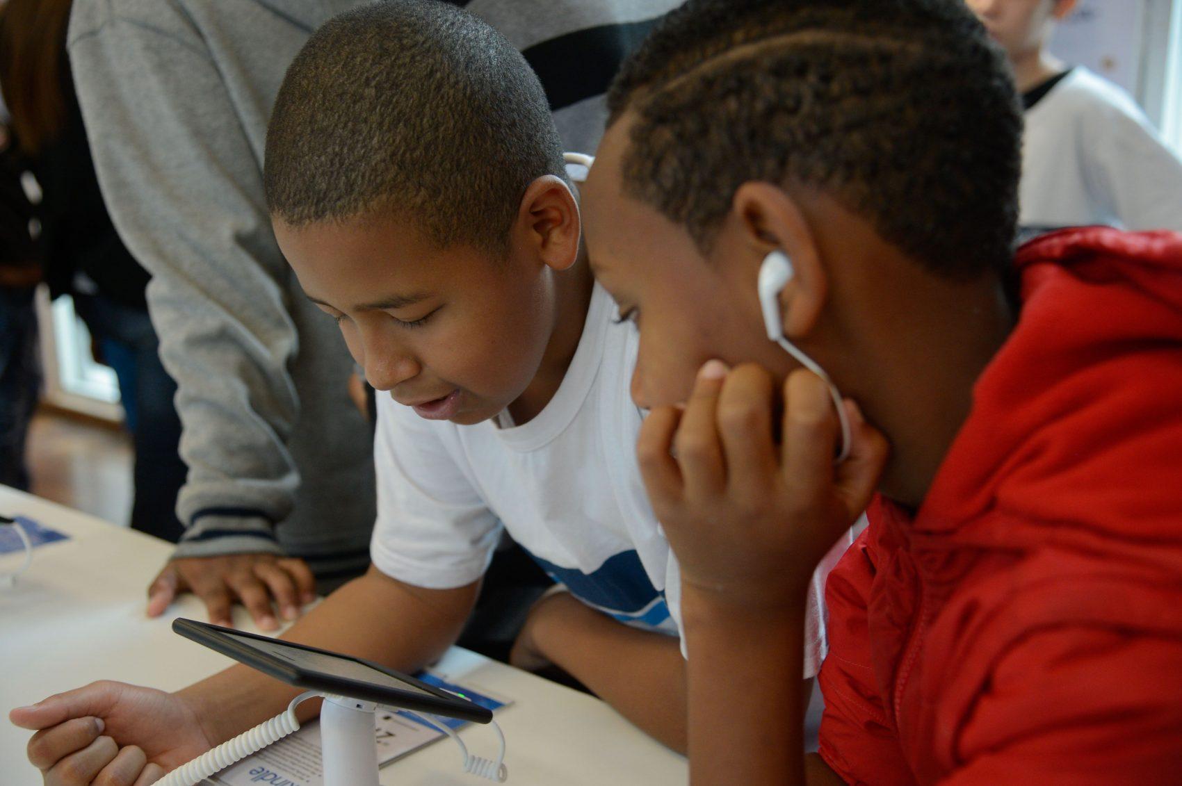 Acesso gratuito à internet de banda larga e bibliotecas digitais tem sido recurso usado em vários países do mundo