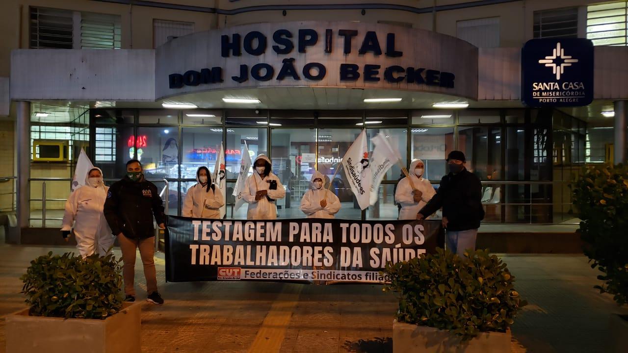 Sindicatos, CUT/RS e profissionais da saúde têm mantido mobilização em frente a hospitais e postos de pronto-atendimento