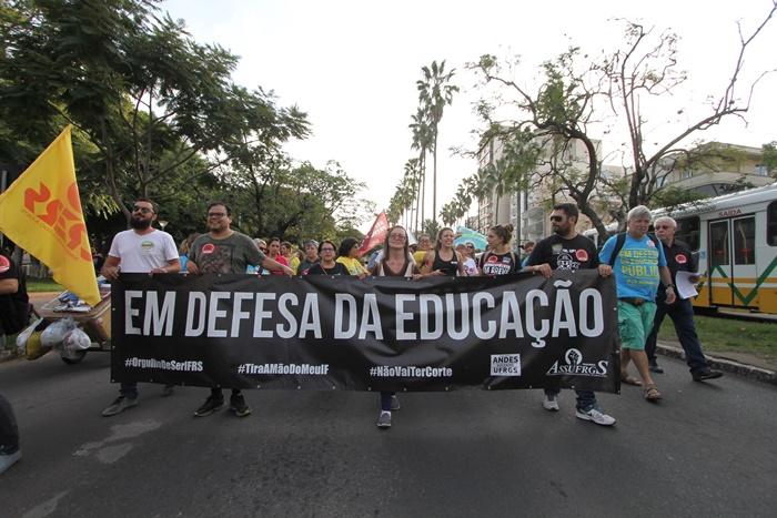 Apesar dos protestos de entidades e profissionais vinculados à Educação, o governo manteve, na prática, o corte em parte do orçamento do MEC