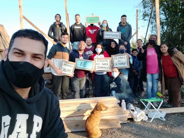 Moradores organizaram mutirão para construir casas na comunidade