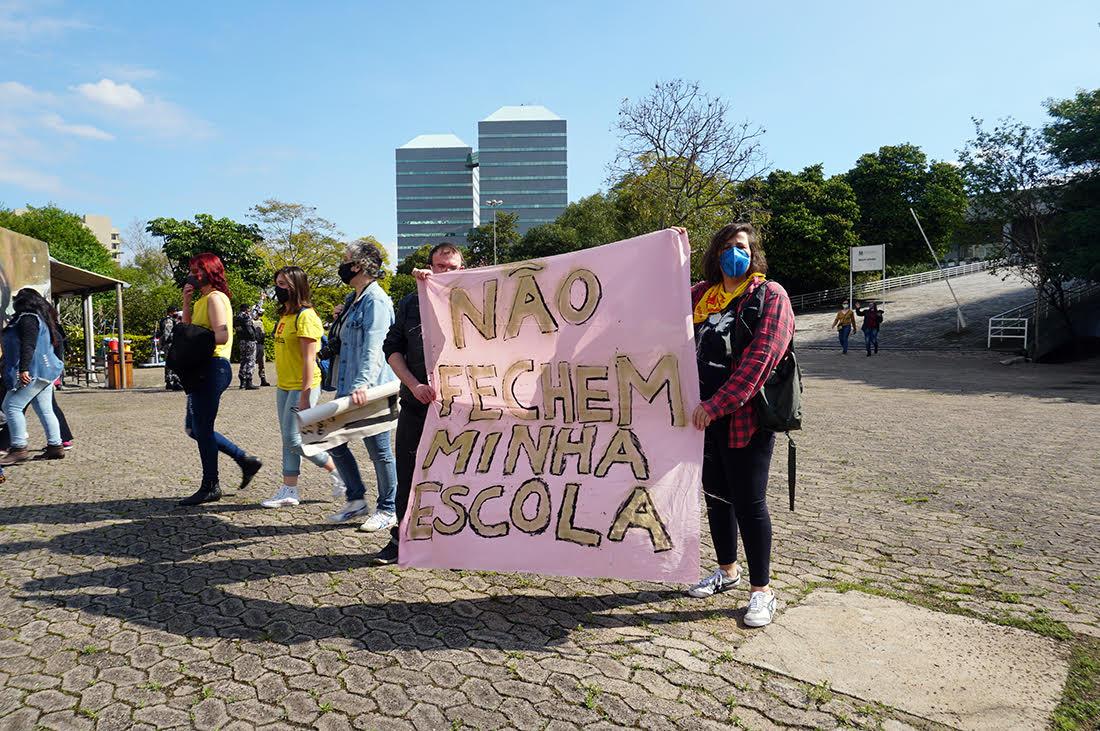 Houve ato em frente à Seduc, em protesto contra a decisão