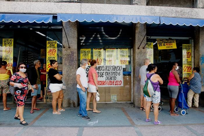 Filas se formam em frente a bancos e supermercados no Famengo, zona sul da capital carioca, que registrou a segunda maior alta na cesta básica em agosto: 4,75%