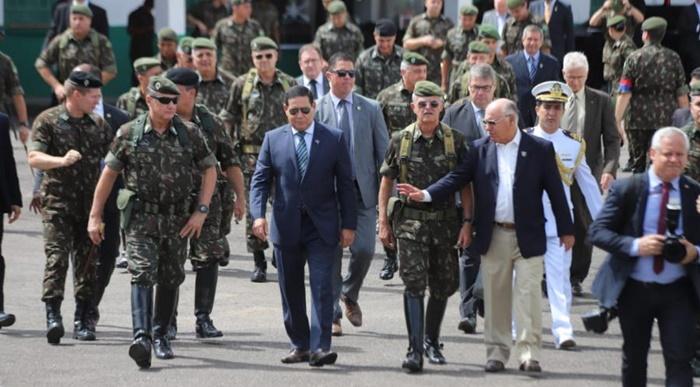 Brasil é um dos países que mais gastam com salários e pensões para militares, mas os supersalários da caserna devem ficar de fora da reforma administrativa que Guedes e Bolsonaro querem aprovar a qualquer preço