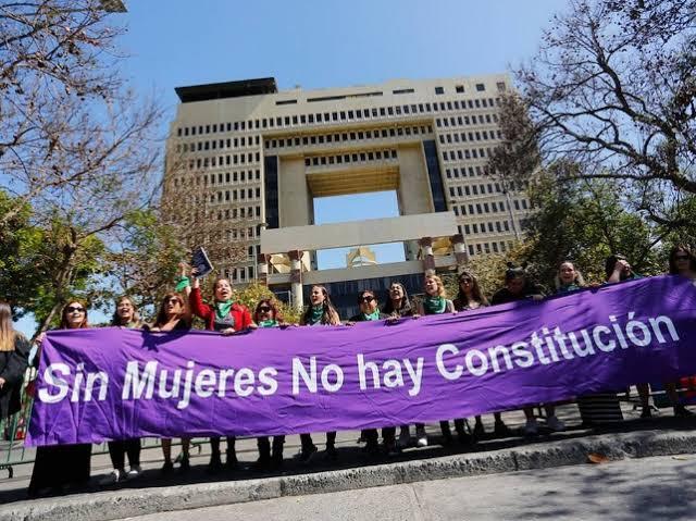 """""""Os jovens chilenos não envelhecem. São eles que empurram os políticos e os partidos e questionam suas caduquices. Tanto que a Constituinte será exclusiva, sem participação dos atuais congressistas"""""""