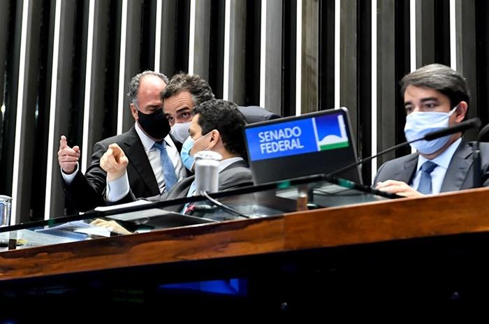 Articulação: Davi Alcolumbre, presidente do Senado, conversa com o líder do governo no Congresso, Fernando Bezerra (à esq.) e com o senador Rodrigo Pacheco (centro)