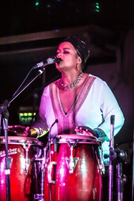 APRESENTAÇÃO MUSICAL: Nina Fola fará performance solo com tambores afro-gaúchos (sopapo e ilú) e berimbau. Também cantará músicas autorais e interpretará obras do cancioneiro popular