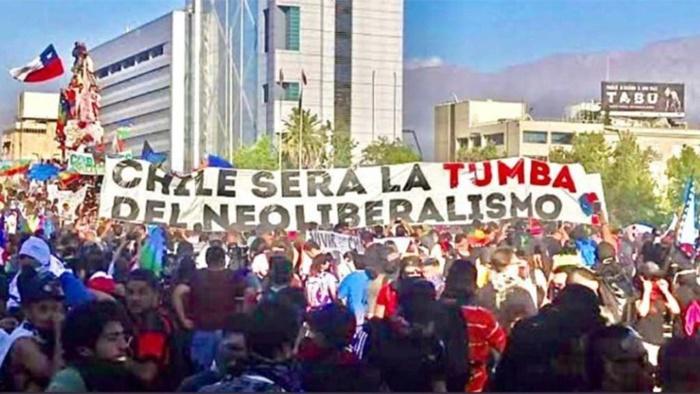 """""""No Chile, o neoliberalismo permeou até as políticas sociais, transformou cidadãos em consumidores com alternativas financeiras de acesso à educação, saúde, pensões, moradia, transporte"""""""