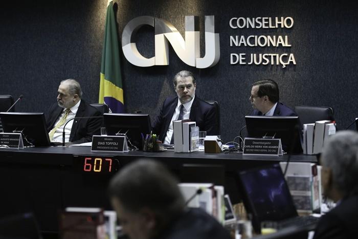 Em 2018, a Corregedoria de Justiça recomendou aos tribunais que só pagassem auxílios moradia, transporte, alimentação ou qualquer de outra verba extra após autorização do CNJ – então presidido por Toffoli, que acumulava a presidência do STF