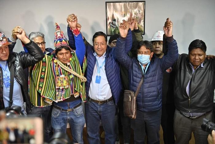 O indígena David Choquehuanca, candidato a vice, e Arce, à presidência da Bolívia, comemoraram o resultado da eleição antes da apuração dos votos