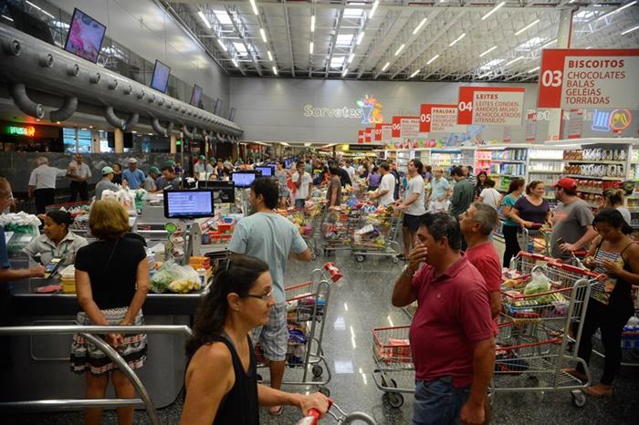 Os preços dos alimentos para consumo no domicílio subiram 2,69%, influenciados pela alta de alguns itens importantes na cesta das famílias, como as carnes (4,89%), o arroz (8,29%) e a batata-inglesa, que passou de -4,39% em outubro para 33,37% em novembro