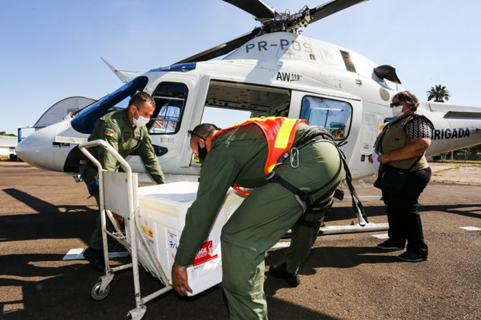 Helicóptero da BM levou as doses da 5ª CRS até Caxias do Sul