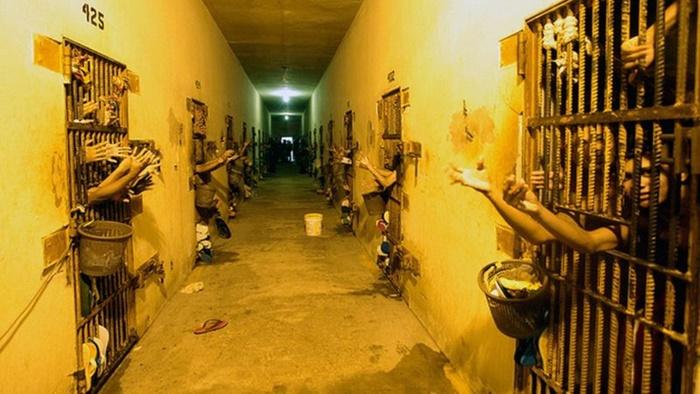 Nos presídios, mortes de agentes penitenciários e detentos, enquanto, o governo só investiu R$ 2,4 mil dos R$ 17,2 milhões liberados para testes, equipamentos e hospitais de campanha