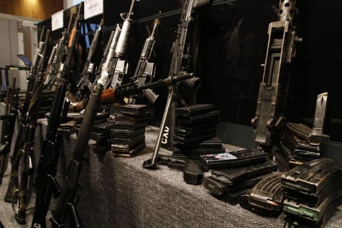 Fuzis apreendidos no Complexo da Maré, no Rio, em 2019: quase metade do armamento que abastece o crime organizado é desviado das polícias e do Exército