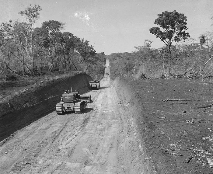 Construção da rodovia Belém-Brasília, nos anos 1970: marco da destruição das castanheiras que persiste até hoje