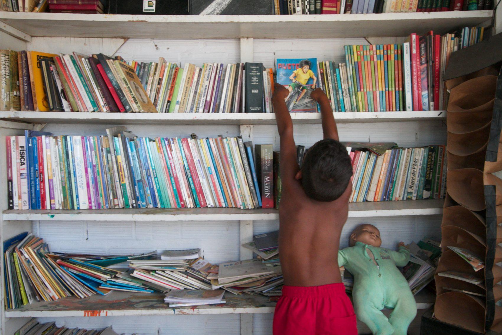 Os esforços que foram feitos nos últimos 25 anos para a formação de leitores em um país onde se lê muito pouco estão sendo jogados fora, diz José Castilho Marques Neto, consultor para as área de livro, bibliotecas e formação de leitores