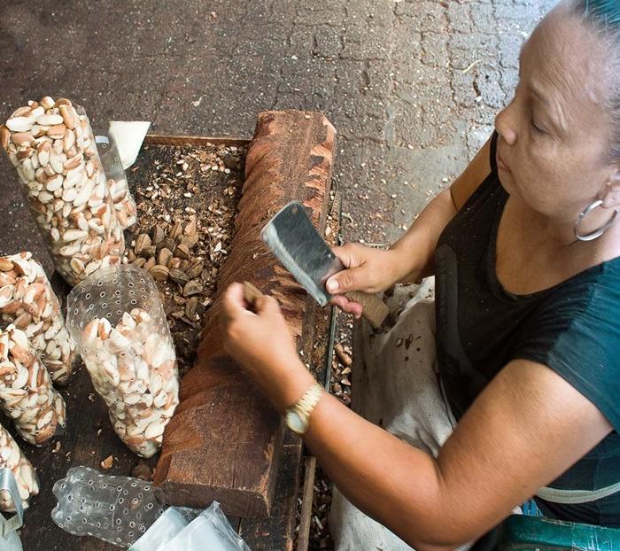 Vendedora de castanhas no popular mercado Ver-o-peso, em Belém