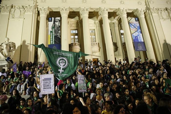 Ativistas vão às ruas do centro do Rio de Janeiro em marcha pela legalização do aborto na América Latina