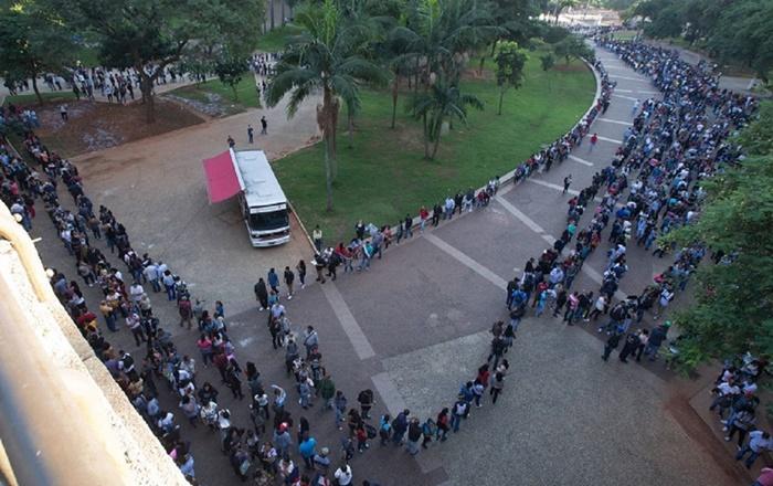 """Mutirão de emprego promovido pelos comerciários de São Paulo: o país que se rendeu à ilusão do """"empreendedorismo"""" e do mercado mínimo já tem mais de 13 milhões de desempregados e quatro a cada dez trabalham por conta própria"""