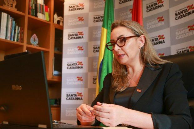 A governadora Daniela Reinehr comandou reunião virtual com a Fecam e primeiro escalão de governo para tratar de soluções conjuntas para o enfrentamento pandemia
