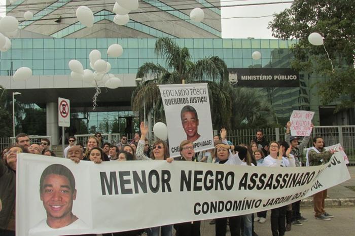Manifestação de familiares em frente ao MP/RS em 2015 após reabertura das investigações que comprovaram assassinato