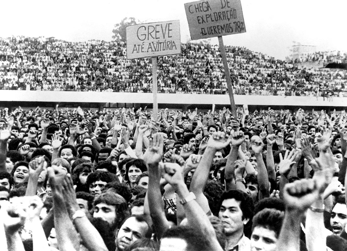 Greve de metalúrgicos na região do ABC paulista. Trabalhadores em assembleia no Estádio de Vila Euclides, em São Bernardo do Campo, em março de 1979