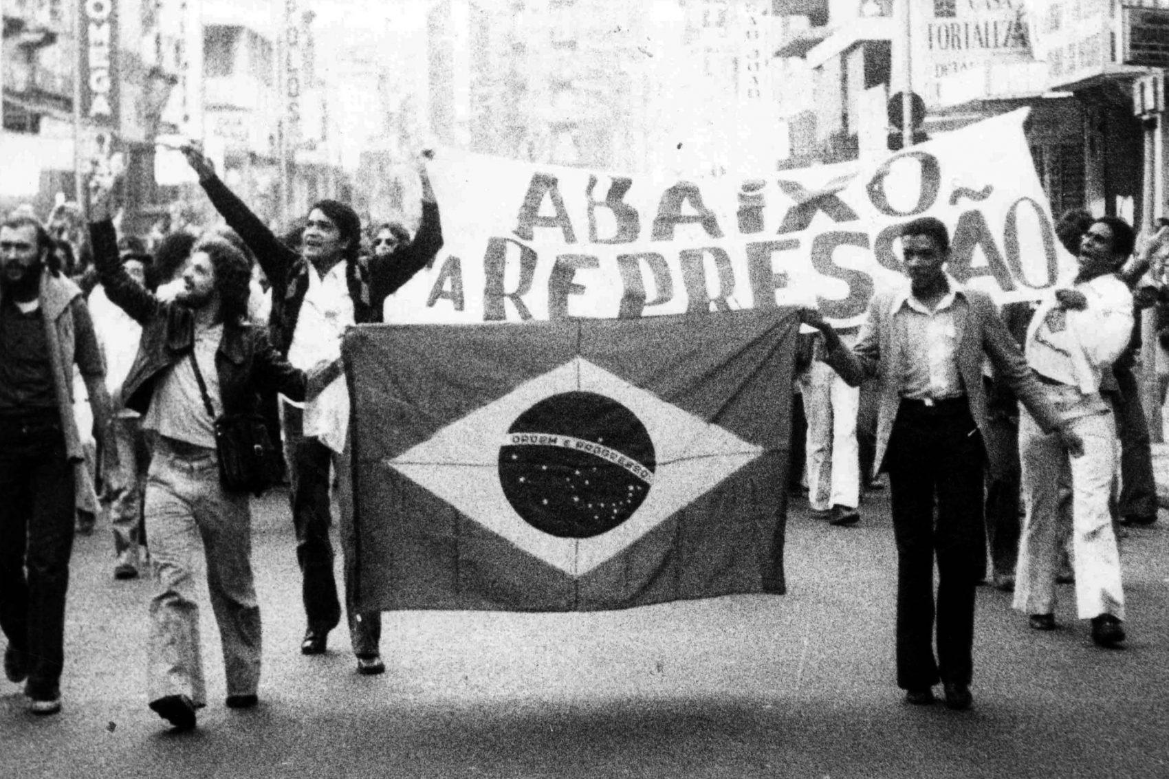 Atualmente, cerca de 40 processos criminais tentam responsabilizar agentes públicos por esses crimes, movidos no âmbito do Ministério Público Federal; na foto, manifestação de estudantes em 1977
