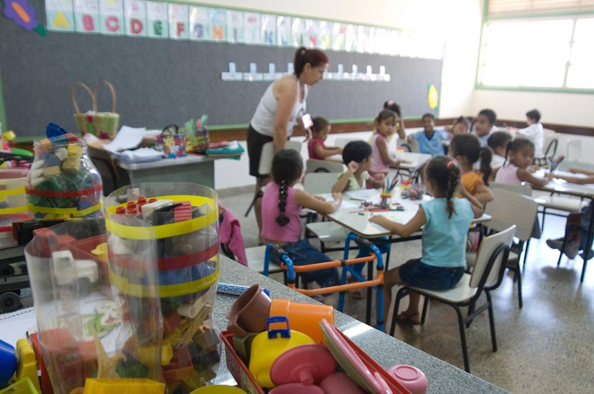 Sem regulamentação de como recursos chegarão aos estados e municípios, educação básica pública corre risco de ficar se sua principal fonte de financiamento
