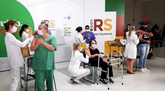 Campanha de vacinação do estado iniciou com a imunização de representantes dos grupos prioritários em ato no Hospital de Clínicas