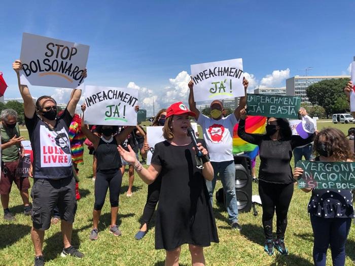 """Ato em Brasília reuniu lideranças dos partidos de oposição: """"o governo não age de forma coordenada, não tem a vontade de enfrentar e salvar vidas"""", disse Gleisi Hoffmann, presidente do PT"""