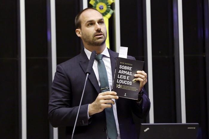 Obsecado por armas e violência, Eduardo Bolsonaro (PSL-SP) foi sentenciado pelo TJSP a pagar R$ 30 mil por disseminação de fake news e ofensas