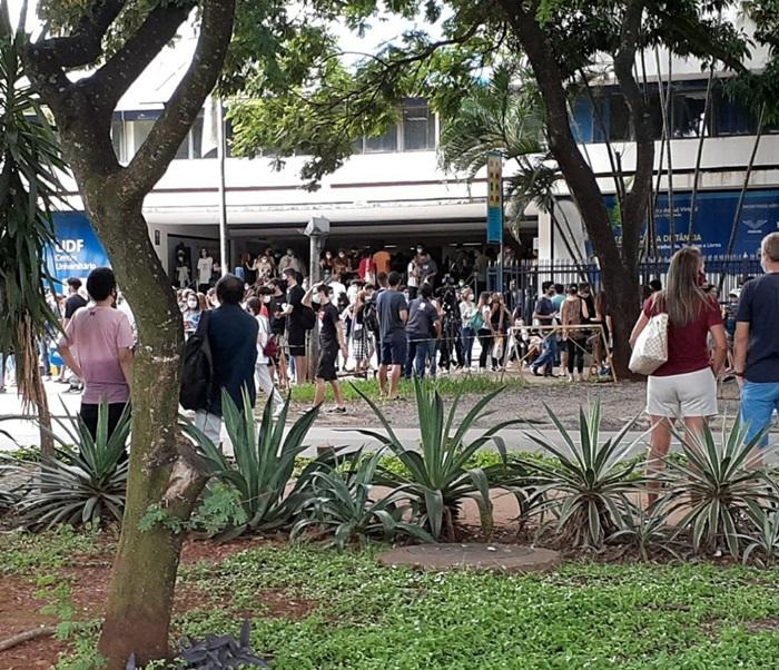 Aglomeração de candidatos durante a primeria prova em unidade de ensino do Distrito Federal