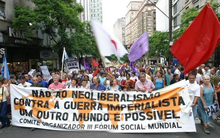 Marcha da primeira edição do FSM, em Porto Alegre, que em 2001 despontava como referência em experiências sociais, políticas e de governos no contrafluxo das políticas neoliberais